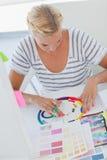 Projektant wnętrz pracuje na colour kole Zdjęcie Stock