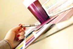 Projektant wybiera kolor próbki dla projekta projekta Obrazy Royalty Free