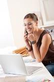 projektanta żeńscy laptopu telefonu potomstwa Zdjęcia Stock