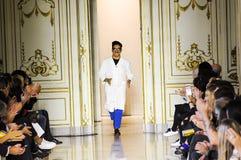 Projektanta Andres Caballero uznaje aplauz widownia po San Andres Milano pokazu mody Zdjęcie Royalty Free