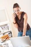 projektanta biurowego telefonu pomyślna kobieta Zdjęcie Stock