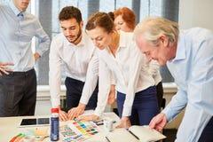 Projektanta koloru drużynowa wybiera paleta zdjęcie royalty free