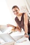 projektanta laptopu biurowa pomyślna kobieta Zdjęcia Royalty Free