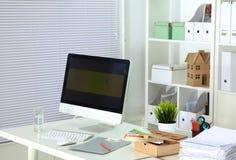 Projektanta pracujący miejsce z komputerem i papierkową robotą Zdjęcie Stock