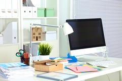 Projektanta pracujący miejsce z komputerem i papierkową robotą Zdjęcie Royalty Free
