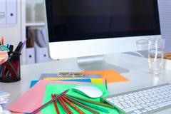 Projektanta pracujący miejsce z komputerem i papierkową robotą Obraz Stock