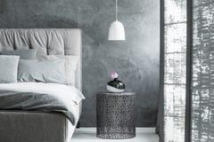 Projektanta stół w nowożytnej sypialni Zdjęcia Royalty Free
