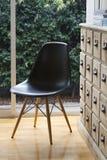 Krzesła i bufeta widoku ogrodowy wnętrze obrazy stock