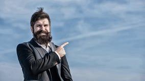 Projektchef Aff?rsman mot himlen Brutal caucasian hipster med mustaschen Mogen hipster med sk?gget royaltyfria foton