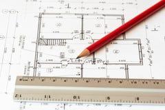 Projektieren Sie ein Haus als Hintergrund, Bleistift und Machthaber auf ihm Stockbild