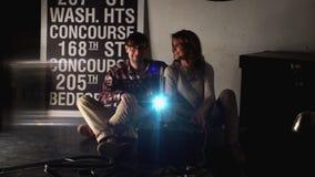 Projektion för man- och kvinnablickfilm stock video