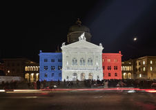 Projektionsfranskaflagga på Bundesplatz Vågen av solidaritet för offren i Paris Bern Royaltyfri Fotografi