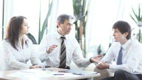 Projektledare som talar till affärslaget i arbetsplatsen royaltyfri fotografi
