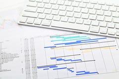 Projektleiter mit Gantt-Diagramm und -tastatur stockbilder