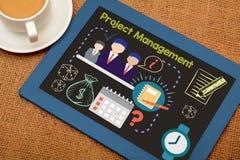Projektleiter-Zeichnungs-Ikonen auf Kandidatenliste mit Tee stockfotos