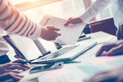Projektmöte Lag som diskuterar nytt digitalt plan Bärbar dator och skrivbordsarbete i regeringsställning royaltyfri fotografi