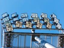 Projektor auf einem Mast der elektrischen Ablichtung lizenzfreie stockfotos