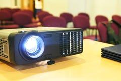 Projektor auf Tabelle Lizenzfreies Stockfoto