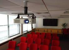 Projektor im Konferenzsaal Stockfotos