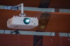 Projektor im Konferenzzimmer Stockfotos