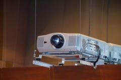 Projektor im Konferenzzimmer Stockbilder