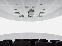 Projektor- och ljudsignalsystem för tom skärm med den moderna inre för platser Royaltyfri Foto