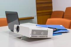 Projektor schloss an Laptop an für Darstellung in einem Konferenzzimmer an Lizenzfreie Stockfotografie