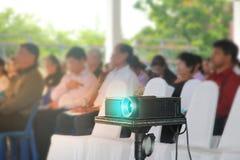Projektor umieszcza na stole zakrywającym z białym płótnem pl zdjęcia stock
