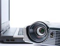 Projektor und Notizbuch lizenzfreie stockbilder
