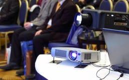 Projektoren auf Hintergrund der sitzenden Leute des Unschärfe Stockfotos
