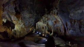 Projektorer längs bron för ljusa grottaväggar för turister lager videofilmer