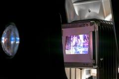 Projektorn för tappningfotoglidbanor som visar gamla fotografier, glider i mörkt rum arkivbild