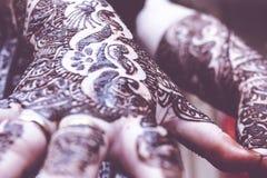 Projektować heena jest na oba rękach hinduska panna młoda Obrazy Royalty Free