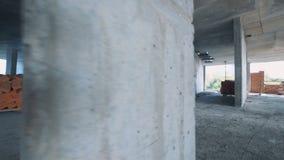 Projektplatsen får observerade vid en manlig specialist med en orientering i hans händer lager videofilmer