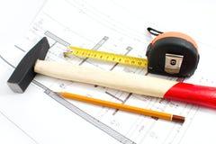 Projekttabellierprogrammhammer und -bleistift Stockfotos