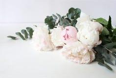 Projektująca akcyjna fotografia Dekoracyjnego życia kwiecisty skład wciąż Poślubiać lub urodzinowy bukiet peonia różowa i biała fotografia royalty free