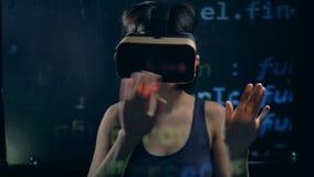 Projektująca wirtualna informacja i dama w szkłach pracuje z nim zbiory
