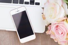 Projektujący desktop z nowożytnym telefonem zdjęcie royalty free