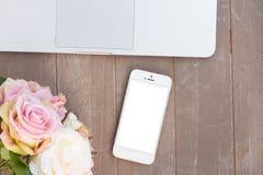 Projektujący desktop z nowożytnym telefonem zdjęcie stock