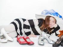 projektująca ładna mała dziewczynka kłama jej wolnego czas być ubranym i cieszy się wybierać nowi buty Obrazy Stock
