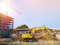 Projektuje budynku zakupy centrum handlowego budowę w miastowym z żurawiami Zdjęcia Royalty Free