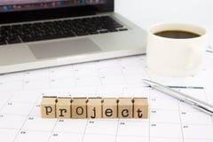 Projektuje sformułowania, kalendarz i laptop na biuro stole, Obrazy Stock