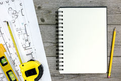 Projet architectural avec les outils et le bloc-notes sur le bureau en bois gris Photos libres de droits