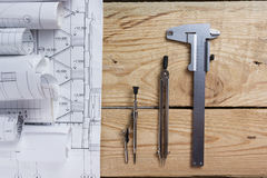 Projet architectural, modèles et boussole de diviseur sur des plans machinant la vue d'outils à partir du dessus cop images stock