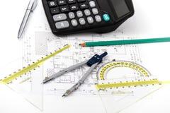 Projet architectural, paires de boussoles, règles et calculatrice Photo libre de droits