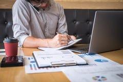 Projet d'investissement fonctionnant d'homme d'affaires sur l'ordinateur portable avec le document de rapport et analyser, calcul images stock