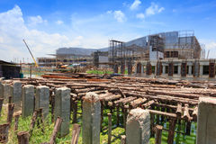 Projet de construction de pont : Attache provisoire en bois Photos stock