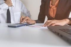 Projet de consultation de réunion d'équipe d'affaires investisseur professionnel travaillant et surfaçant le projet Affaires et f Photos libres de droits