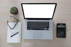 Projet de fond d'espace de travail nouveau sur l'ordinateur portable avec c vide Photos libres de droits
