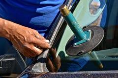 Projet de réparation de pare-brise sur une collecte Photo libre de droits